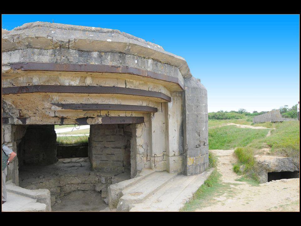 à la pointe du Hoc, de nombreux blockhaus et cratères de bombardement sont encore visibles et le site est aménagé pour la visite