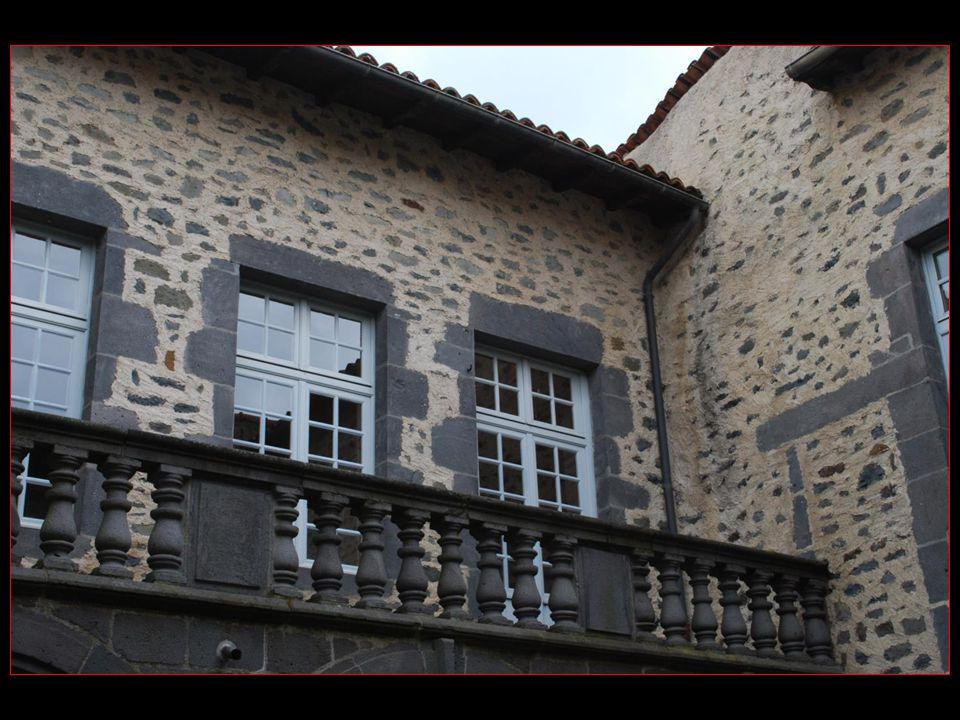 Lutilisation de la pierre de basalte, une pierre dorigine volcanique, confère à la ville un charme tout à fait particulier
