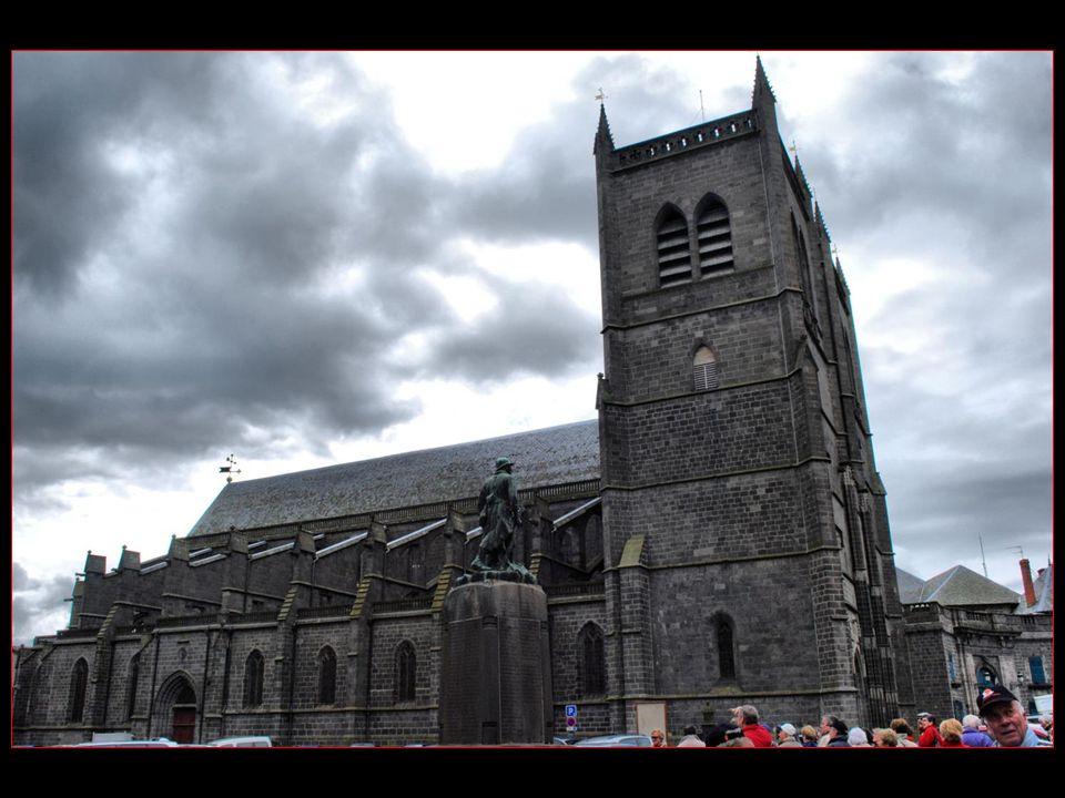 Limposante cathédrale Saint Pierre classée aux monuments historiques depuis le 30 octobre 1906