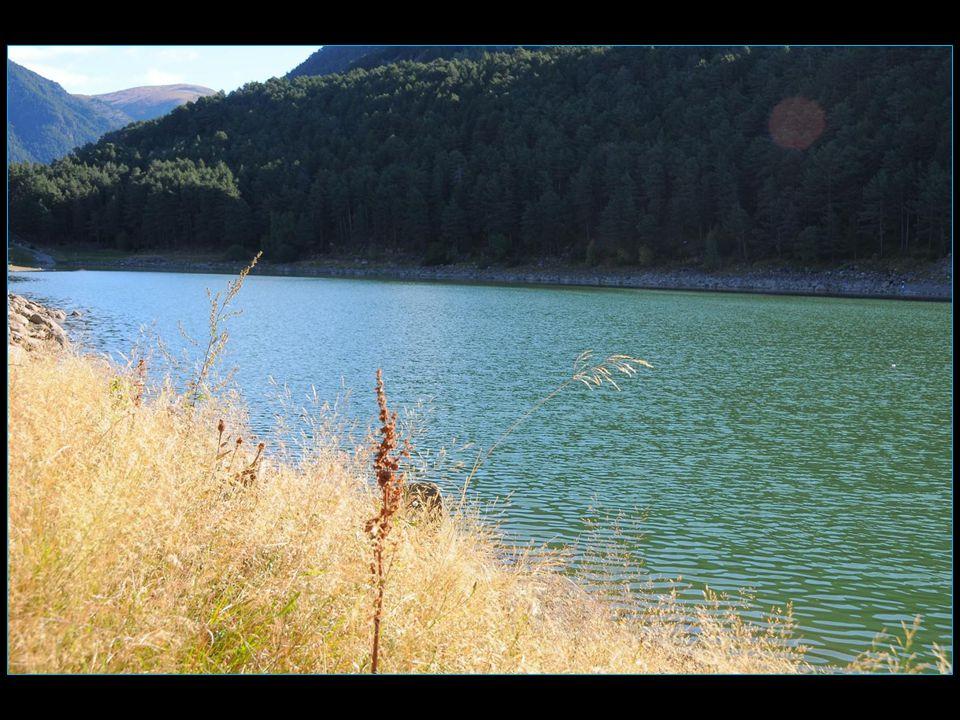 Une légende prophétise que tous les astres du firmament, enchantés par la beauté sublime du lac, succomberont a son charme et tomberont dans les eaux du lac où ils seront emprisonnés pour toujours