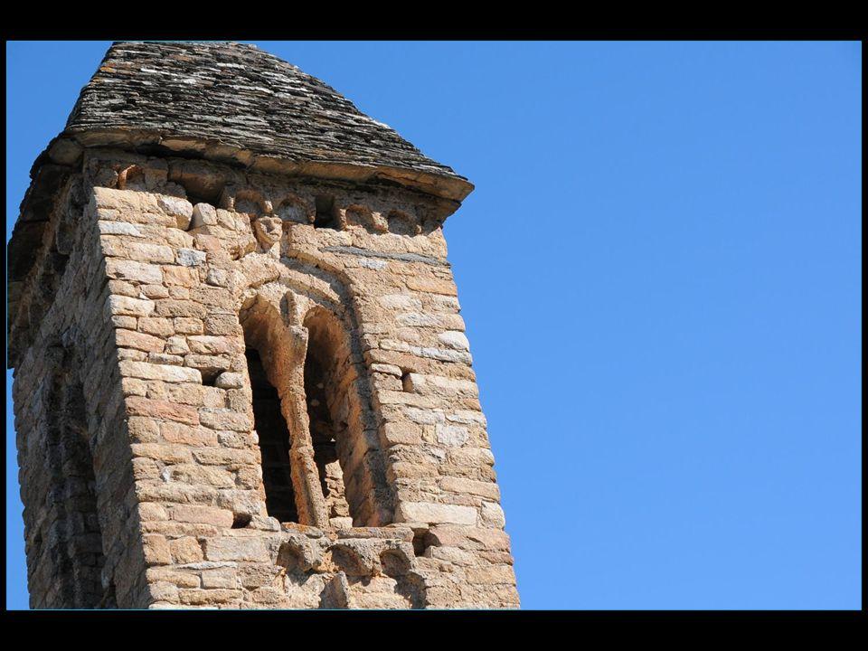 Au dernier étage du clocher, des têtes sculptées en tuf ornent les arcs des fenêtres géminées