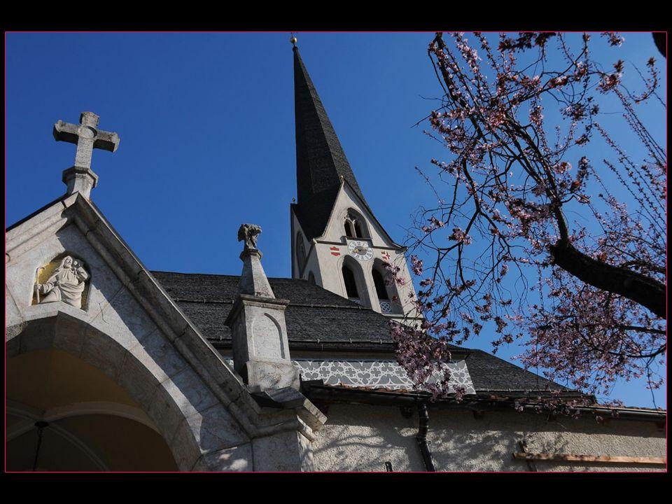 Léglise date du XV me siècle, baroquisée au XVIII me siècle puis endommagée par un incendie, elle a sauvegardé ses portails gothiques et des peintures murales de la fin du Moyen Âge
