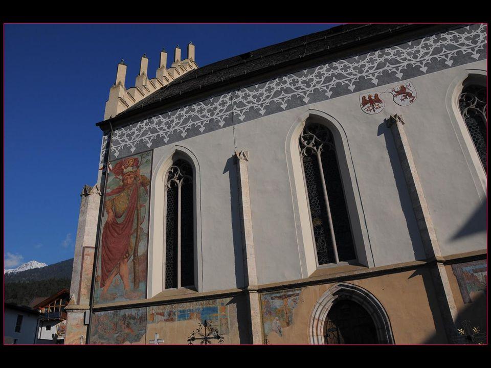 sa façade est ornée de fresques montrant des scènes de lexploitation des mines et une vue de la ville datant de 1500