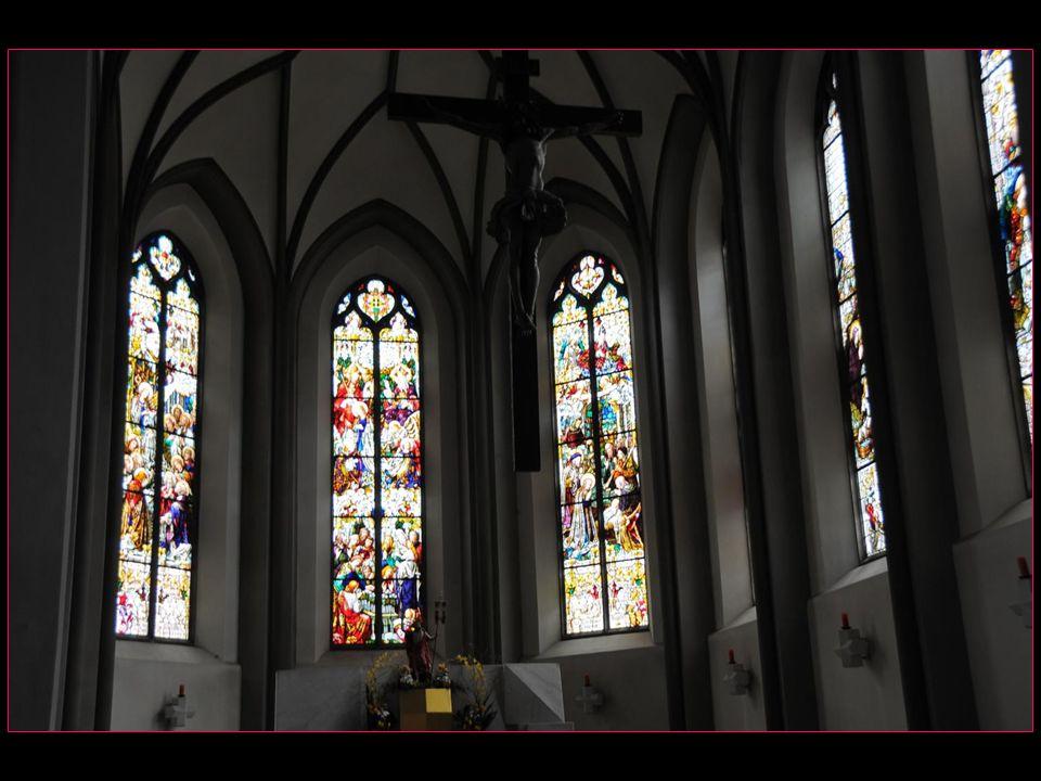 Lintérieur, rénové en style gothique après lincendie de 1822, présente des fresques baroques ainsi que des peintures sur verre néogothiques du Tyrol en guise de vitraux