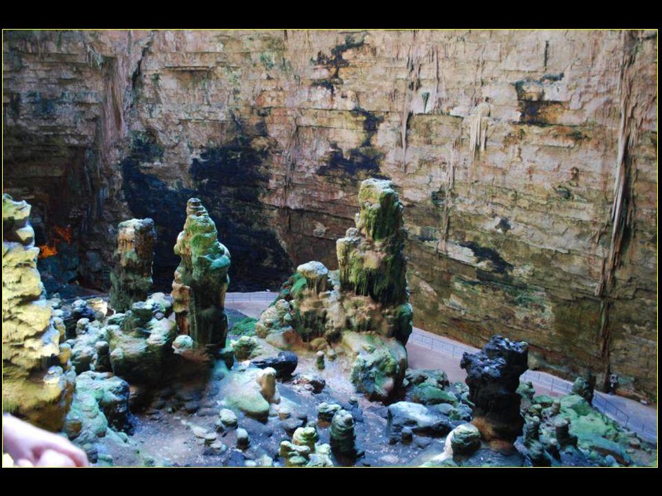 On y découvre des formations dalbâtre, des stalagmites et des stalactites de millions de couleurs