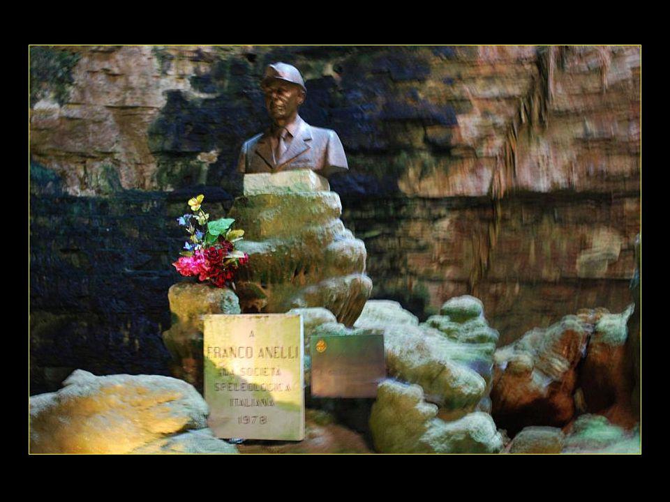 Buste de Franco ANELLI qui découvrit les grottes en 1938