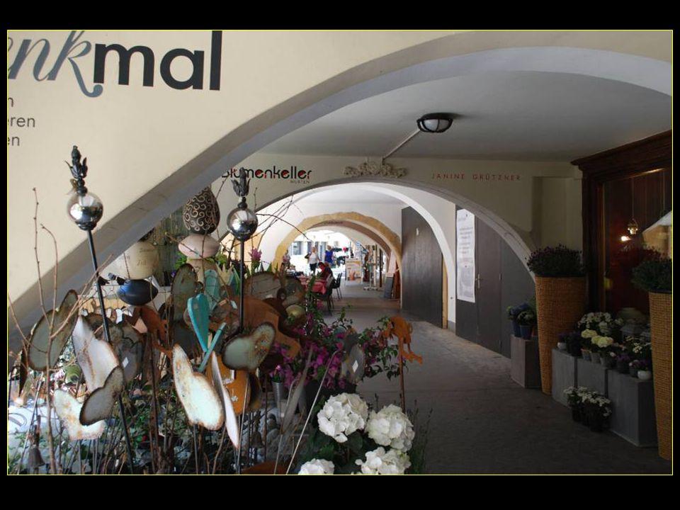 Sous les arcades de Morat quelques objets particuliers