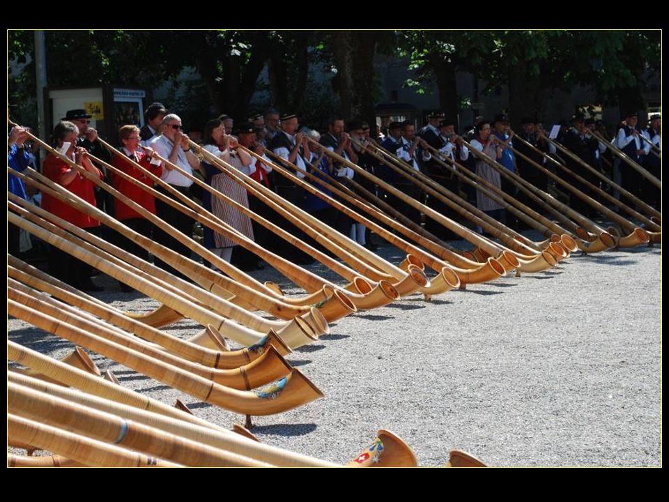 Pour commémorer cette POYA à MURTEN 100 souffleurs de cor des Alpes des sonneurs de cloches des jodleurs