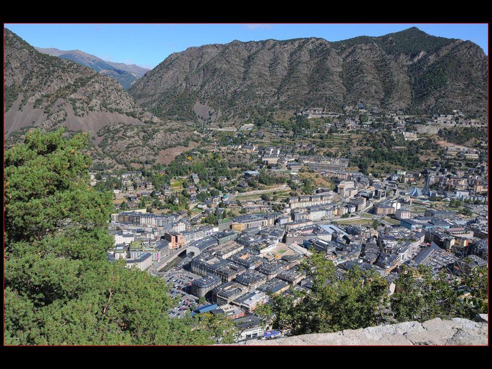 Andorre-la-Vieille se situe dans le sud-ouest de la Principauté, sur le versant du col de lEnvalira et est traversée par le Valira, principal cours deau andorran