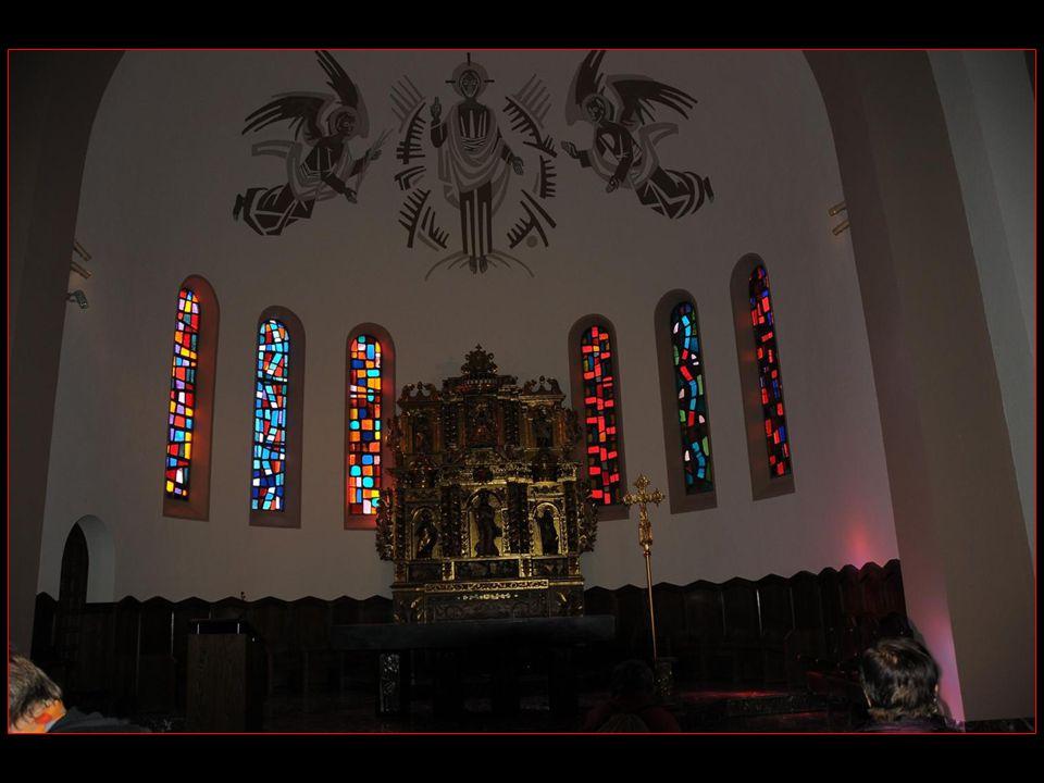 Le chœur est vouté en cul de four et orné dune fresque moderne représentant un Christ en gloire entouré de deux anges