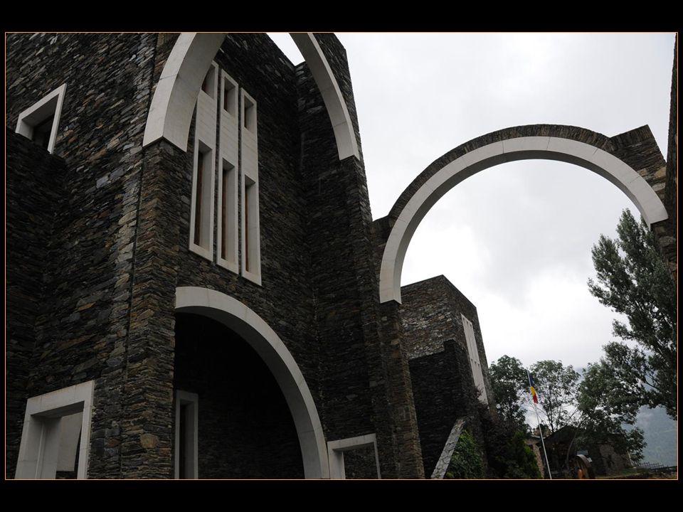 Les grands arcs du sanctuaire de Meritxell sont construits En pierre blanche et en ardoise