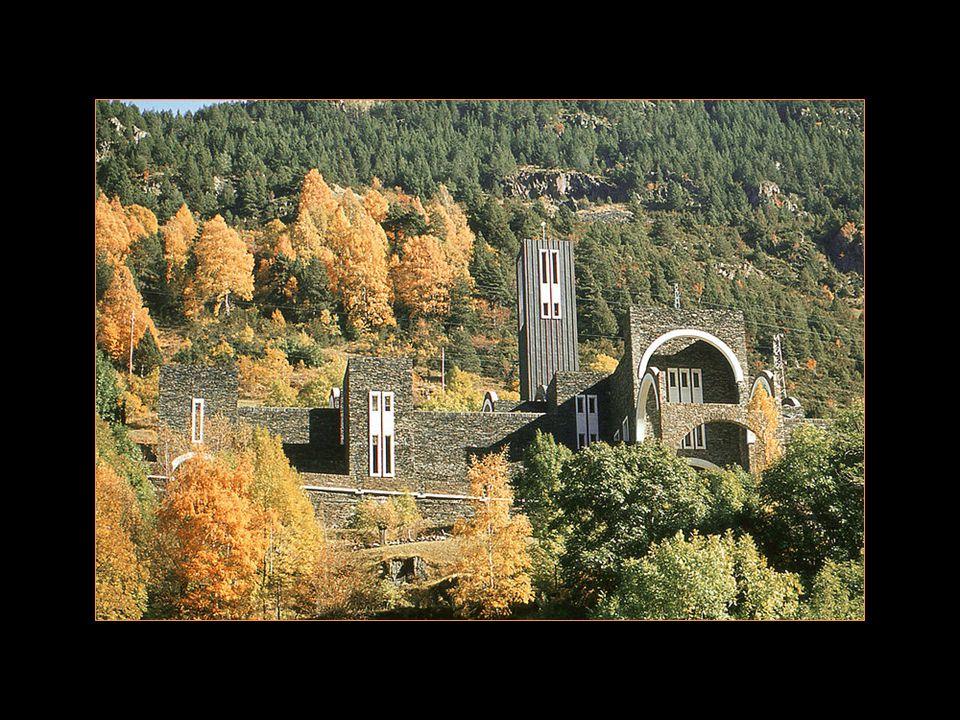 Site de meritxell Le sanctuaire moderne Et lancienne église reconstituée