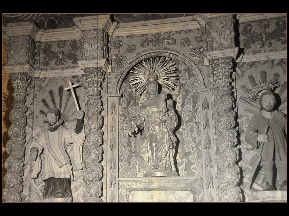 A lintérieur, on trouve une Reproduction de la statue romane De la Mère de Dieu, ainsi que les sculptures correspondant Aux sept saints titulaires des