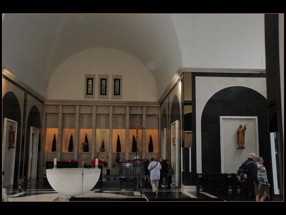 En 1976, larchitecte Ricardo Bofill a inauguré Un nouveau bâtiment Construit à côté du sanctuaire original
