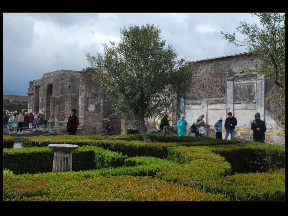 Maison du Faune, construite au II me siècle avant J.C., avec colonnes ioniques et fontaine au centre du jardin
