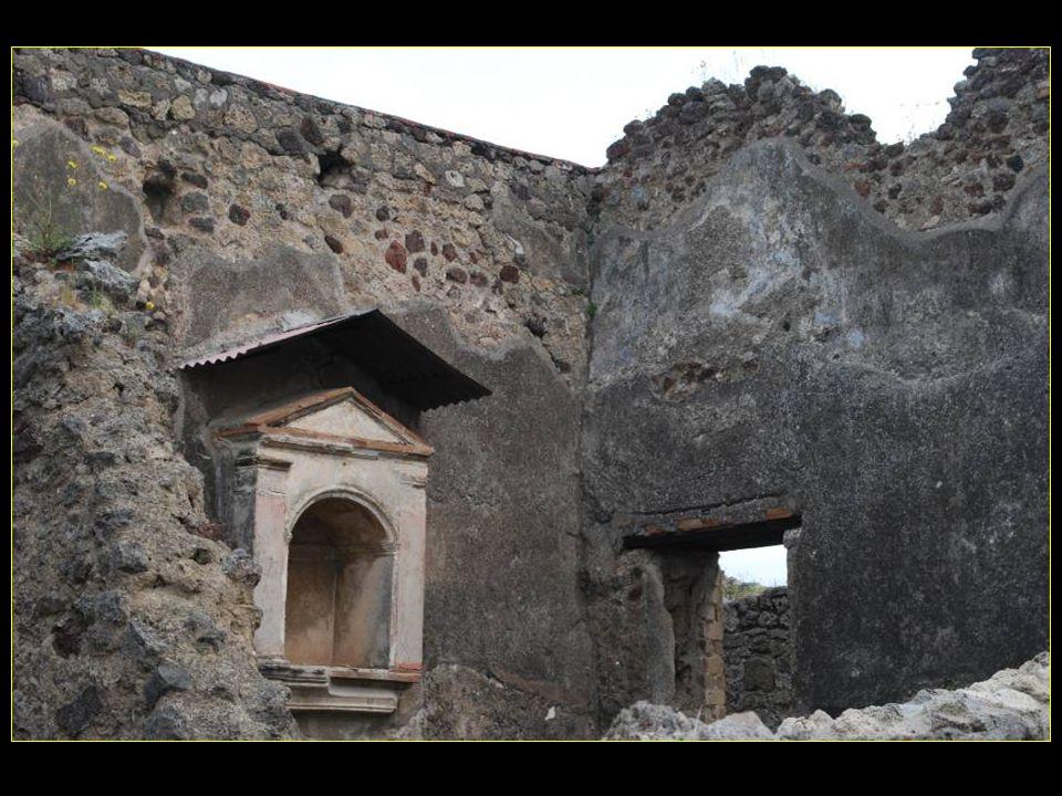 dans le haut de la muraille, un petit laraire, sorte de chapelle à lintérieur de la maison