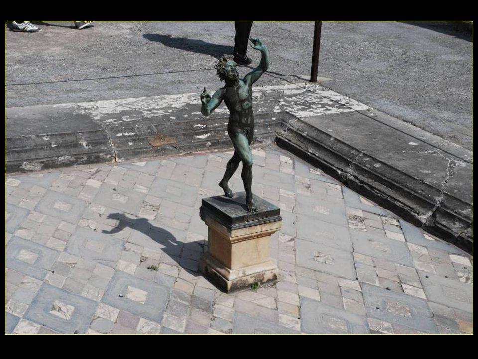 La statue en bronze dun faune dansant est placée au centre de limpluvium