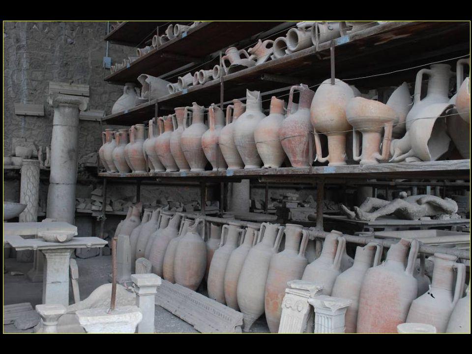 Amphores, éléments décoratifs en marbre, quelques moulages de victimes de léruption sont exposés au Greniers du Forum Granai del Foro Greniers du Forum
