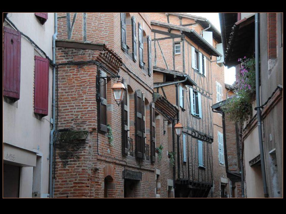Albi, une des capitales de La brique languedocienne, Avec ses rues anciennes Et ses maisons en Encorbellement qui Vous replongent dans latmosphère médiévale