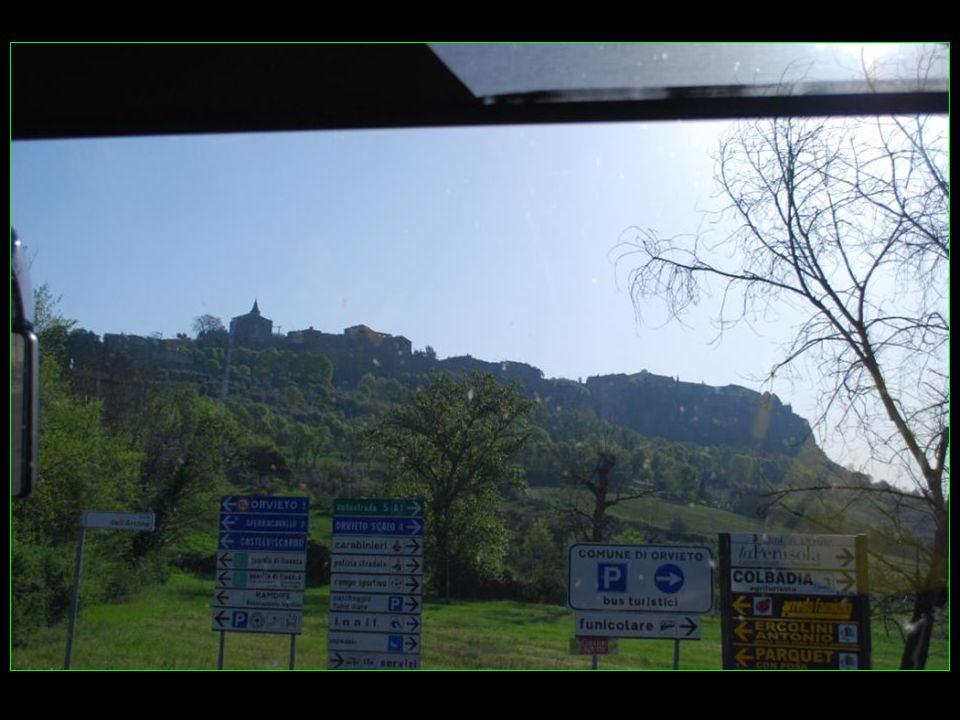 Notre car arrive en approche de la commune dOrvieto perchée sur sa colline