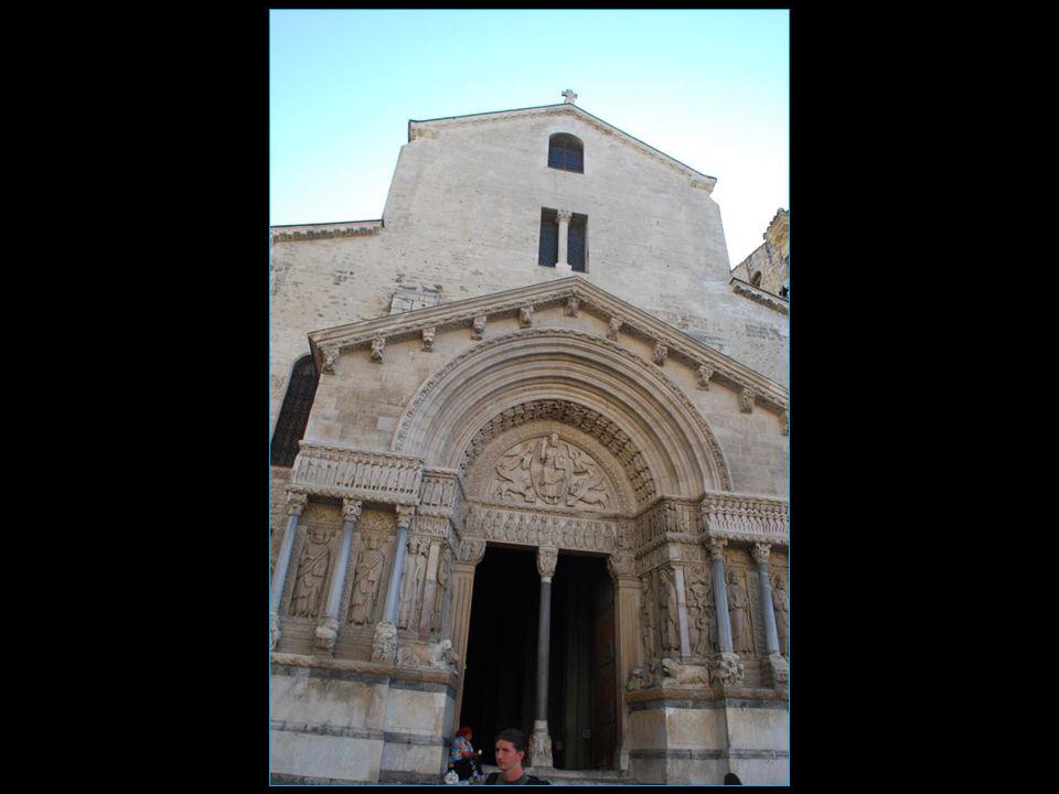 LEglise Saint Trophime de style romane accolée à son cloître