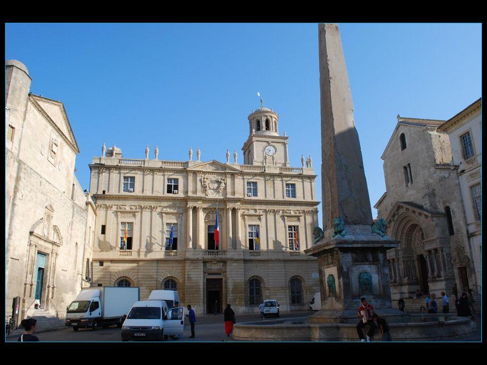 Place de la République avec LHôtel de Ville et la Primatiale Saint Trophime
