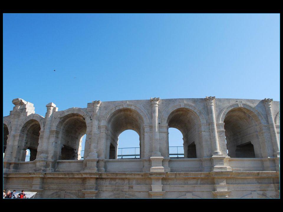 Les Arènes dArles sont un amphithéâtre romain construit vers 80-90 après J.C.