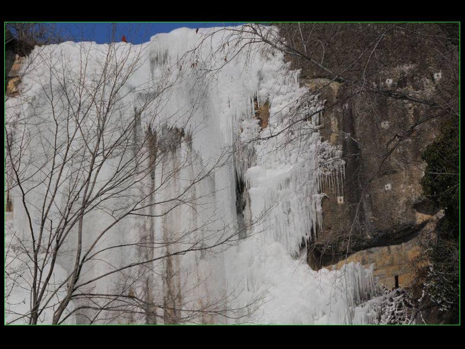 Cascade entièrement prise dans les glaces de cet hiver