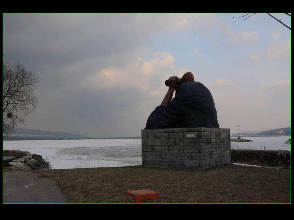 Même la statue du garde-port surveille quaucun promeneur ne ségare sur la glace