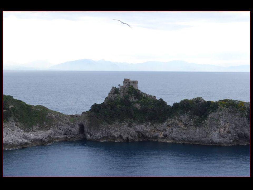 Sur Capo Conca se découpe la Tour de Conca élevée au XVI me siècle en position lui permettant de veiller sur les golfes dAmalfi et de Praiano