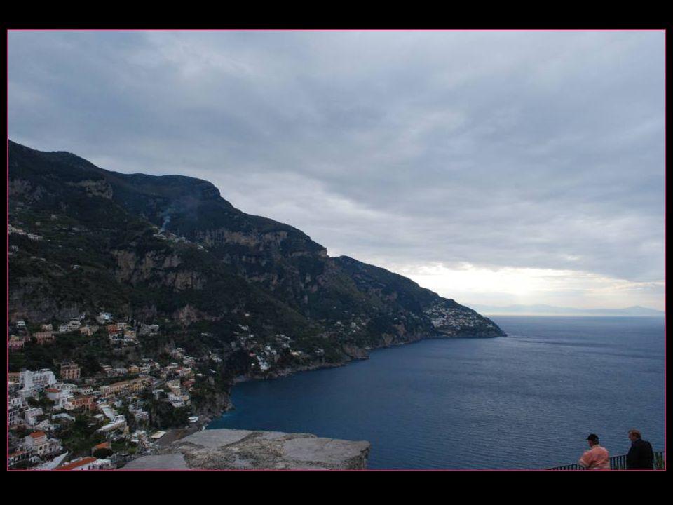 Arrêt au belvédère de Positano doù lon peut avoir un coup dœil sur la pittoresque petite ville
