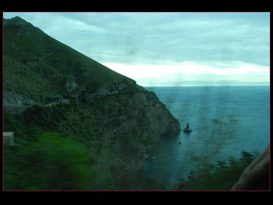 Promenade le long de la seule route de la Côte Amalfitaine