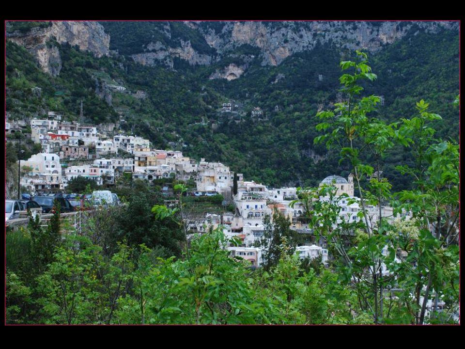 Les habitations, sur des terrasses en dégradé sappuyant sur le mont Comune à louest et SantAngelo Tre Pizzi à lest, donnent sur une petite plage