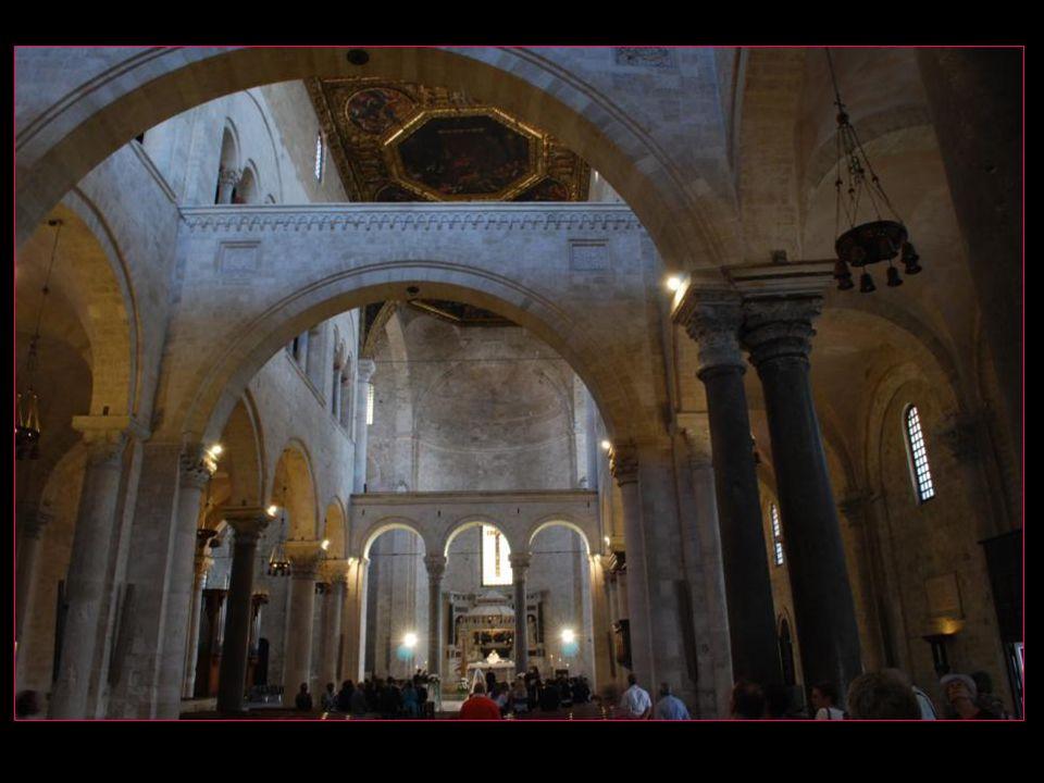 La basilique San Nicola, édifiée entre 1087 et 1197, abrite les ossements de Saint Nicolas dérobés à Myre au XIème siècle, connus pour suinter la Manne, fameuse huile sacrée