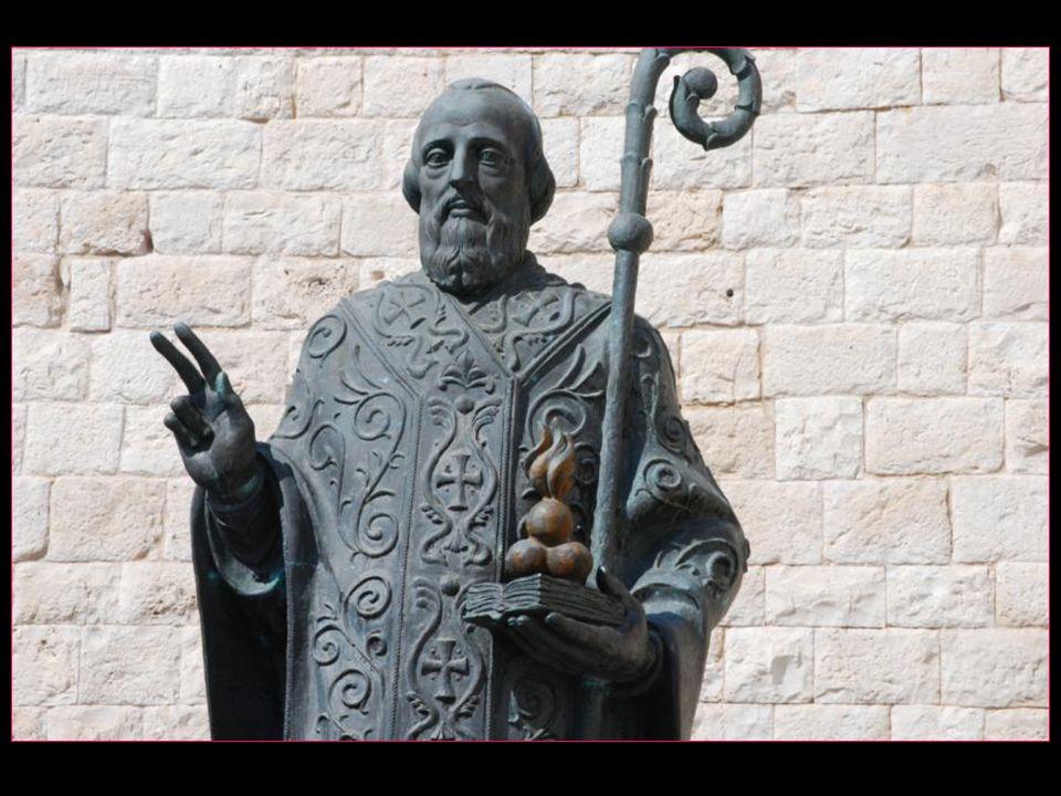 La statue de Saint Nicolas sur la place San Nicola