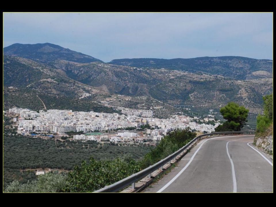 Nichée dans les collines la petite ville blanche de Mattinata