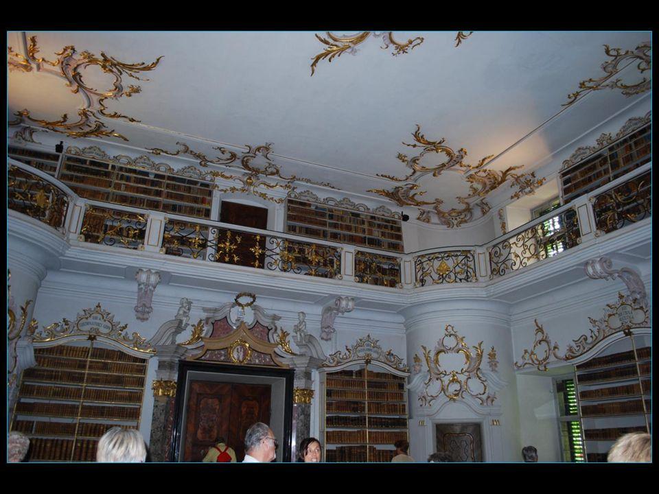environ 76ooo volumes enluminés et reliés sont conservés dans la prestigieuse bibliothèque