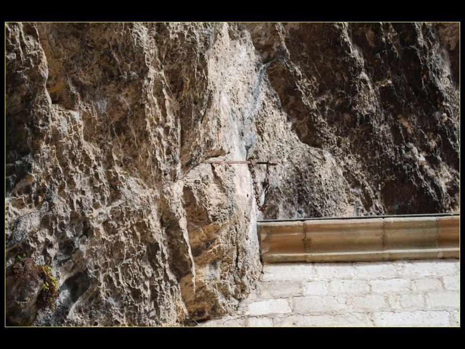 et lancé son épée dans la vallée. Elle traversa des km avant de se figer dans le rocher de Notre Dame de Rocamadour