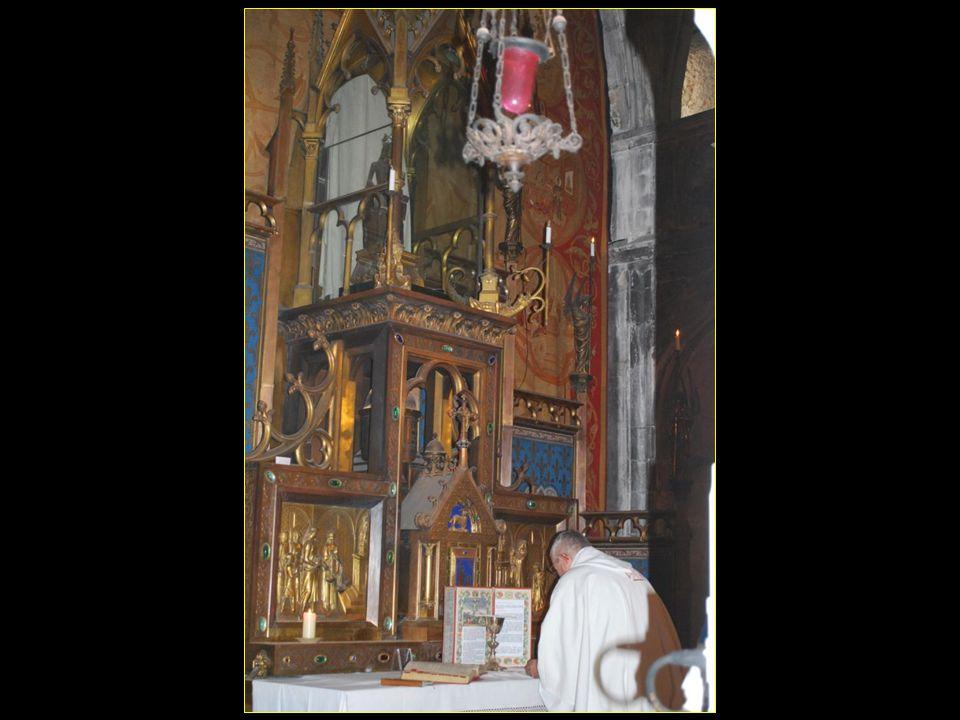 Un religieux prie devant la Vierge noire