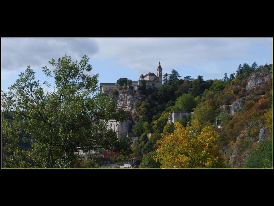 Les 3 étages du village datent du Moyen Âge; ils reflètent les trois ordres de la société : a)Les chevaliers au-dessus b)liés aux clercs religieux au milieu c)et les travailleurs laïcs en bas près de la rivière