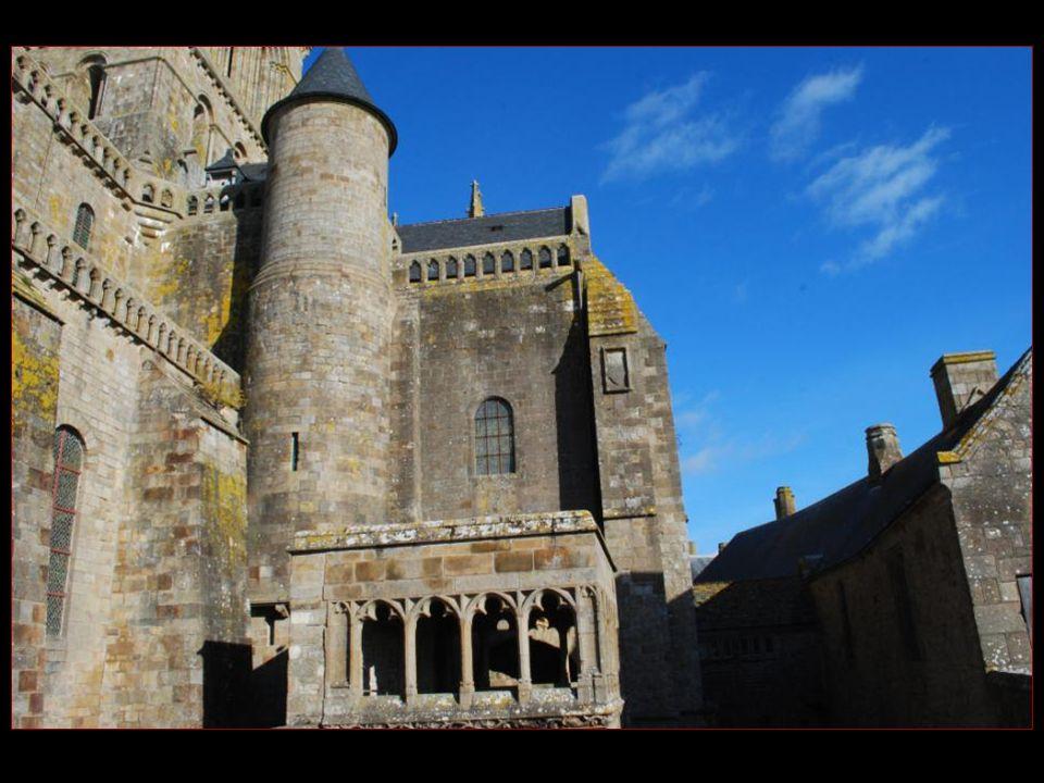 LAbbaye du Mont-Saint-Michel est divisée en deux parties : LAbbatiale et la Merveille