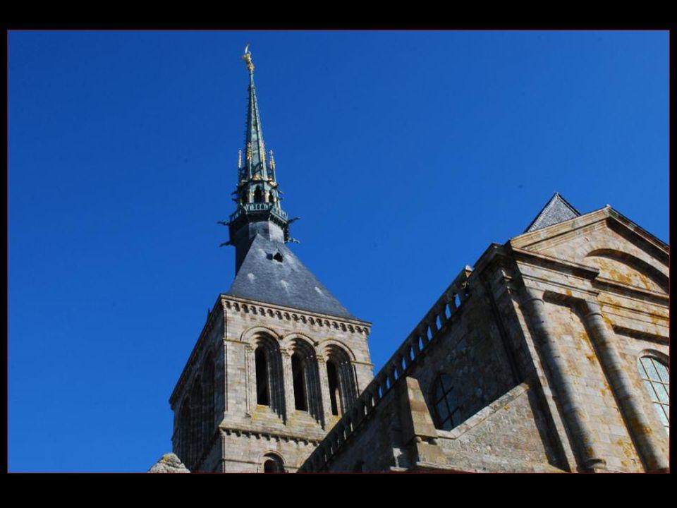 Lévêque saint Aubert dAvranches a fait ériger un oratoire en 708, car il en avait reçu lordre de Saint-Michel lors de son sommeil.