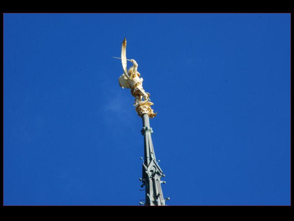 La statue de Saint-Michel placée au sommet de léglise abbatiale culmine à 170 mètres