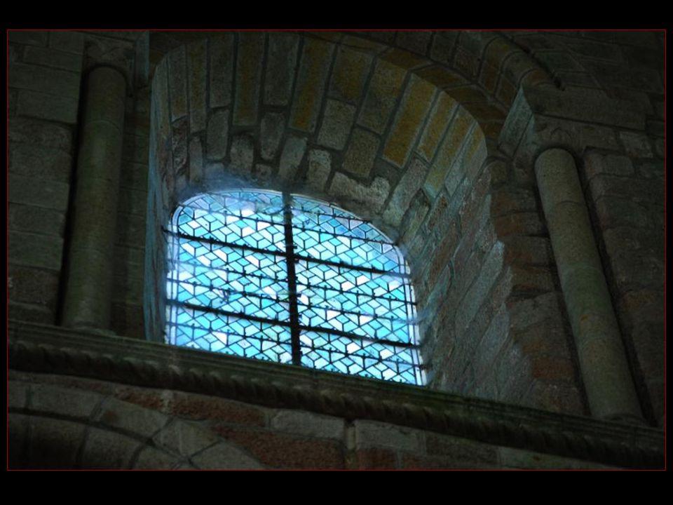 Intérieur de lAbbatiale aux cryptes et à la nef romanes sajoute un chœur gothique flamboyant