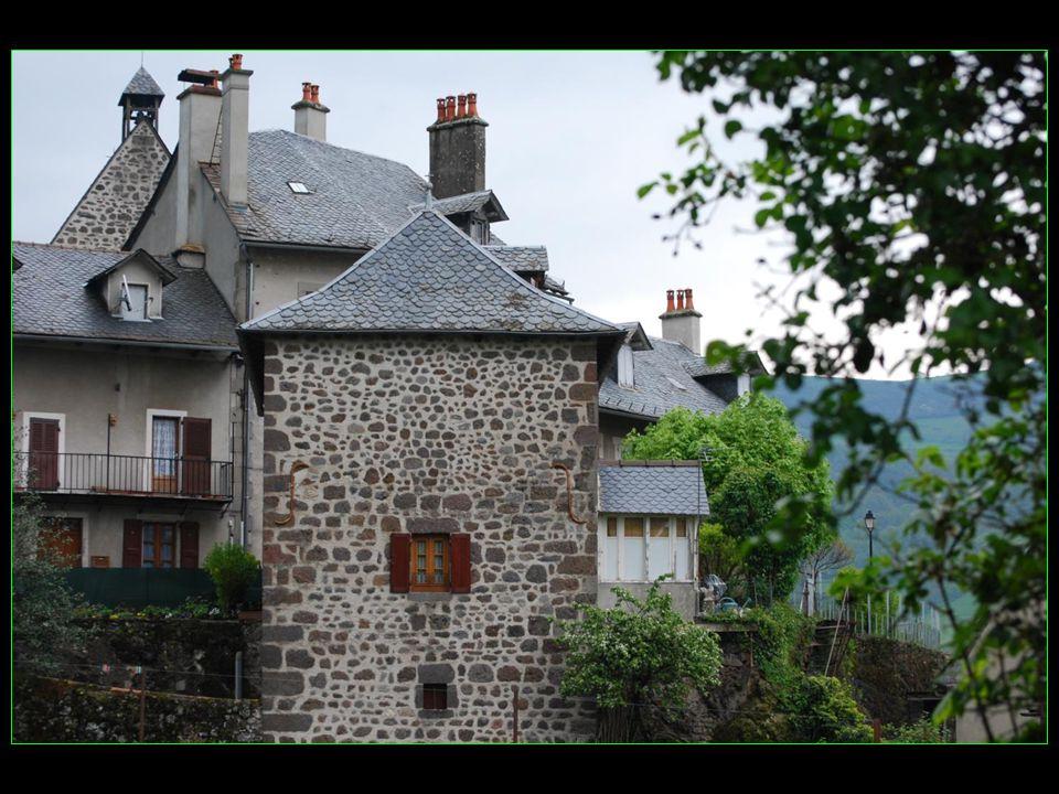 Vic-sur-Cère en occitan Vic en Carladès