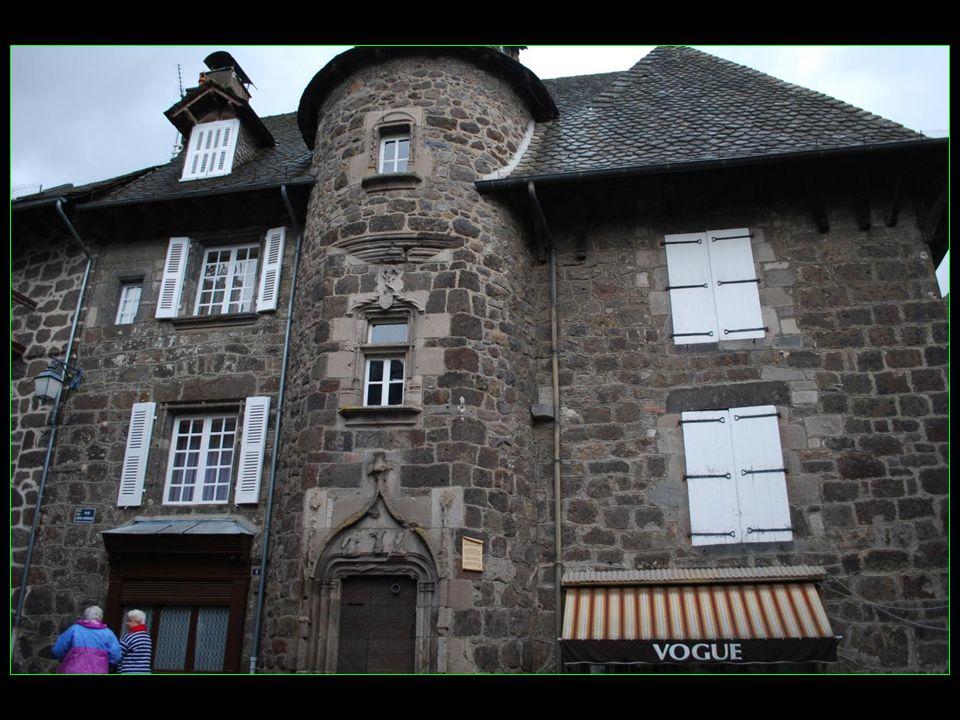 Le siège des juridictions a été établi à Vic dans lhôtel à tourelle appelé Maison des princes de Monaco