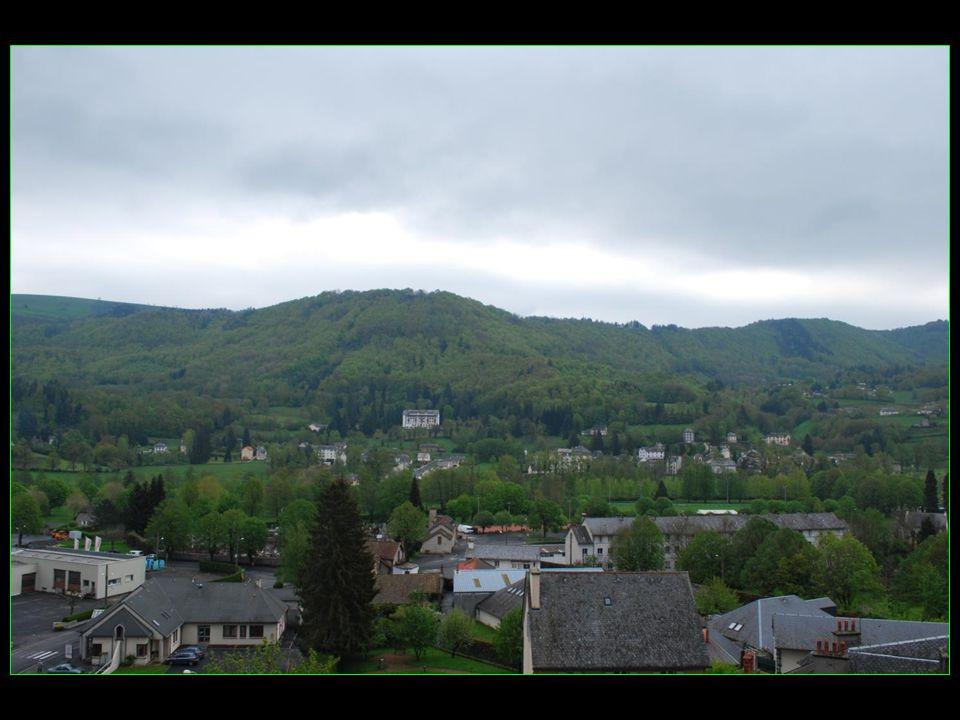 vue imprenable sur Vic et la Vallée de la Cère depuis la Chapelle du Calvaire