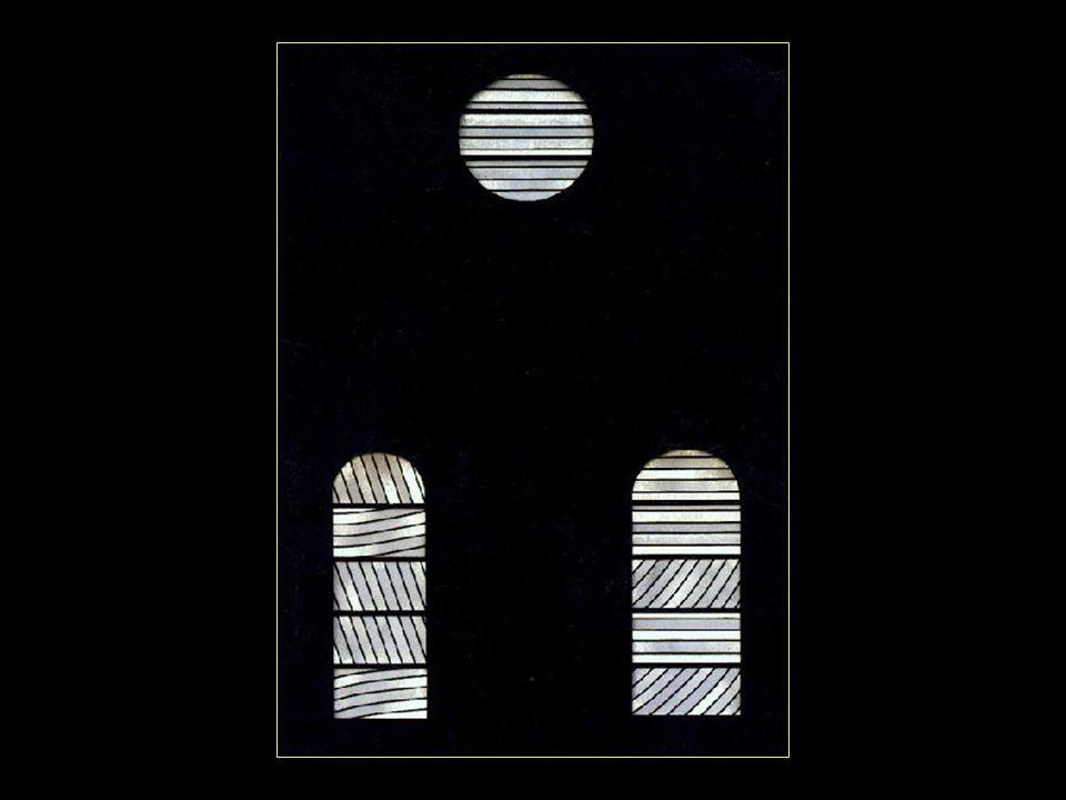 les vitraux contemporains de Pierre Soulages donnent une lumière extraordinaire à lintérieur