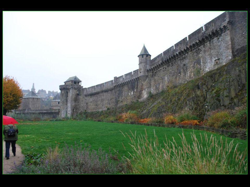Il est constitué de 3 enceintes dont les remparts sont magnifiquement conservés