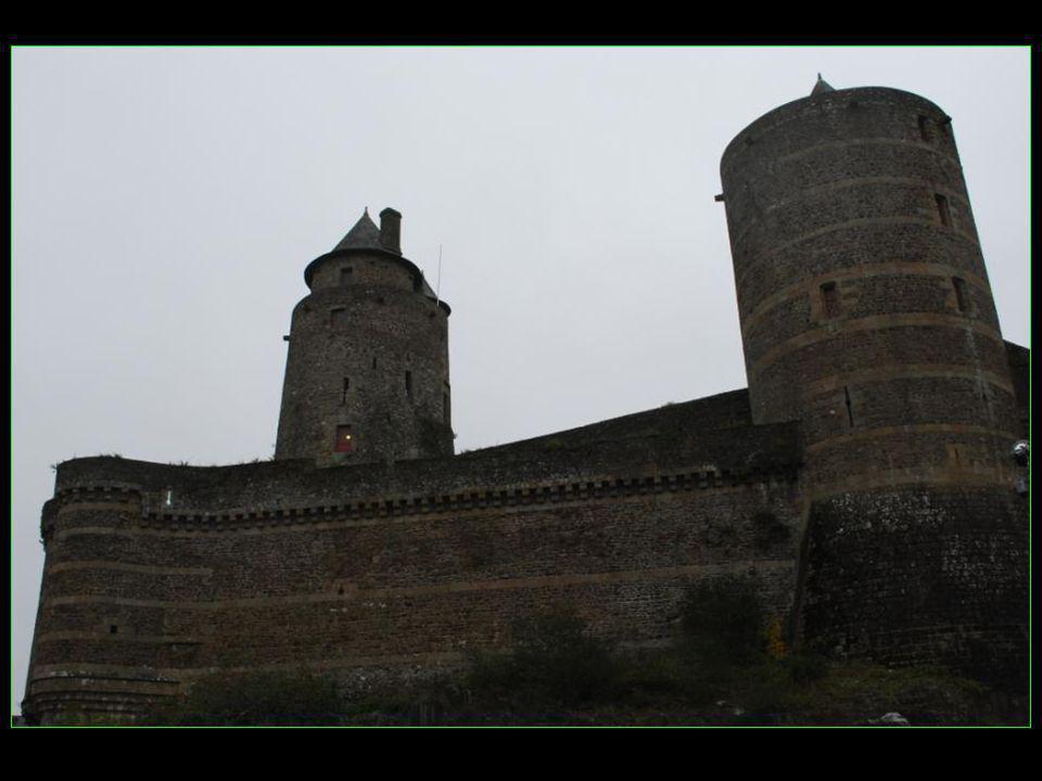 Si le logis seigneurial est en ruine, les tours sélèvent encore avec majesté